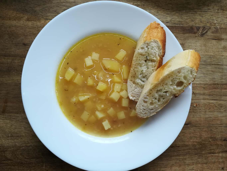 Cesnaková polievka s bylinkovou bagetou