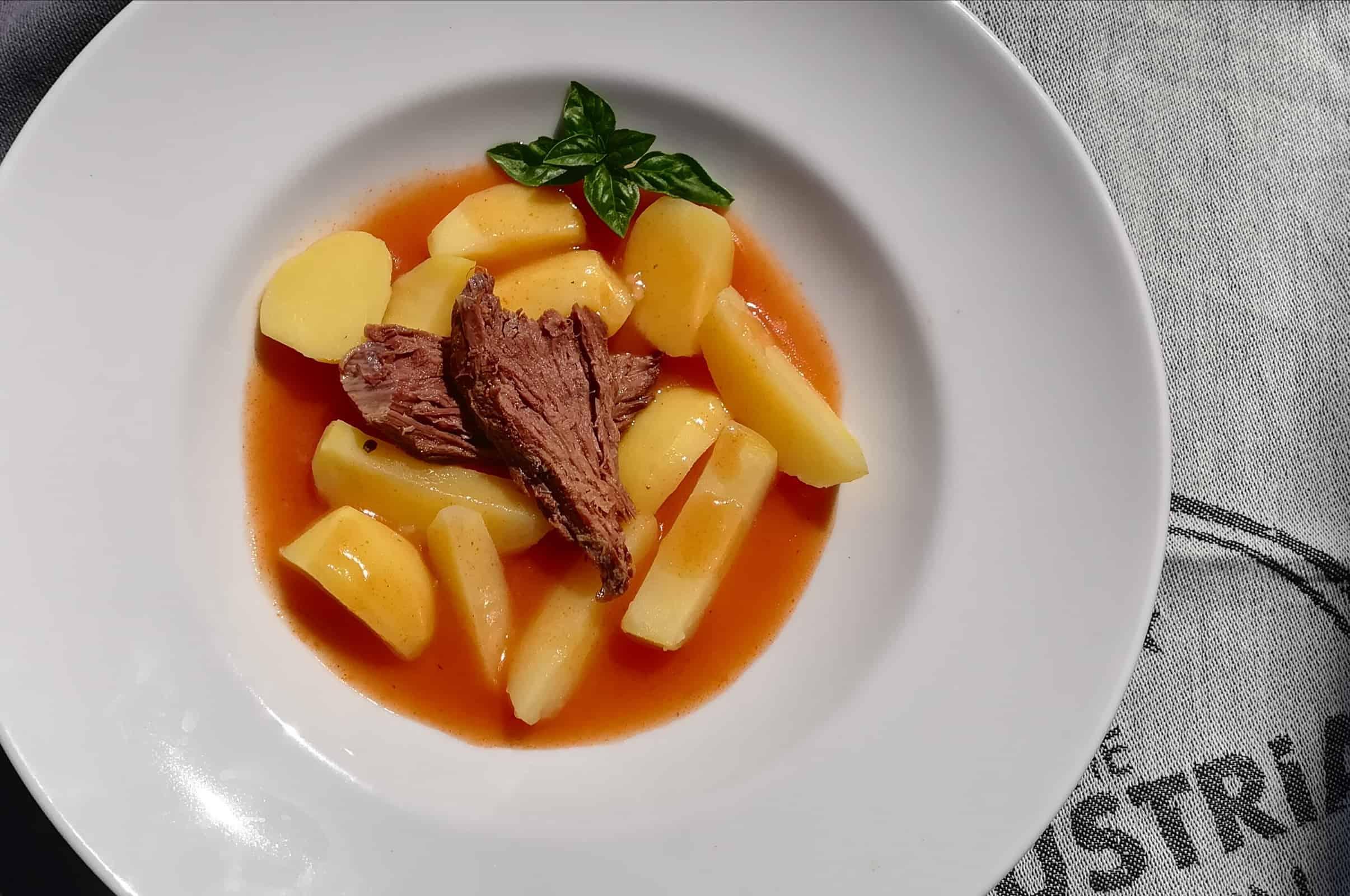 Hovädzie dusené mäso na rajčinovej šťave