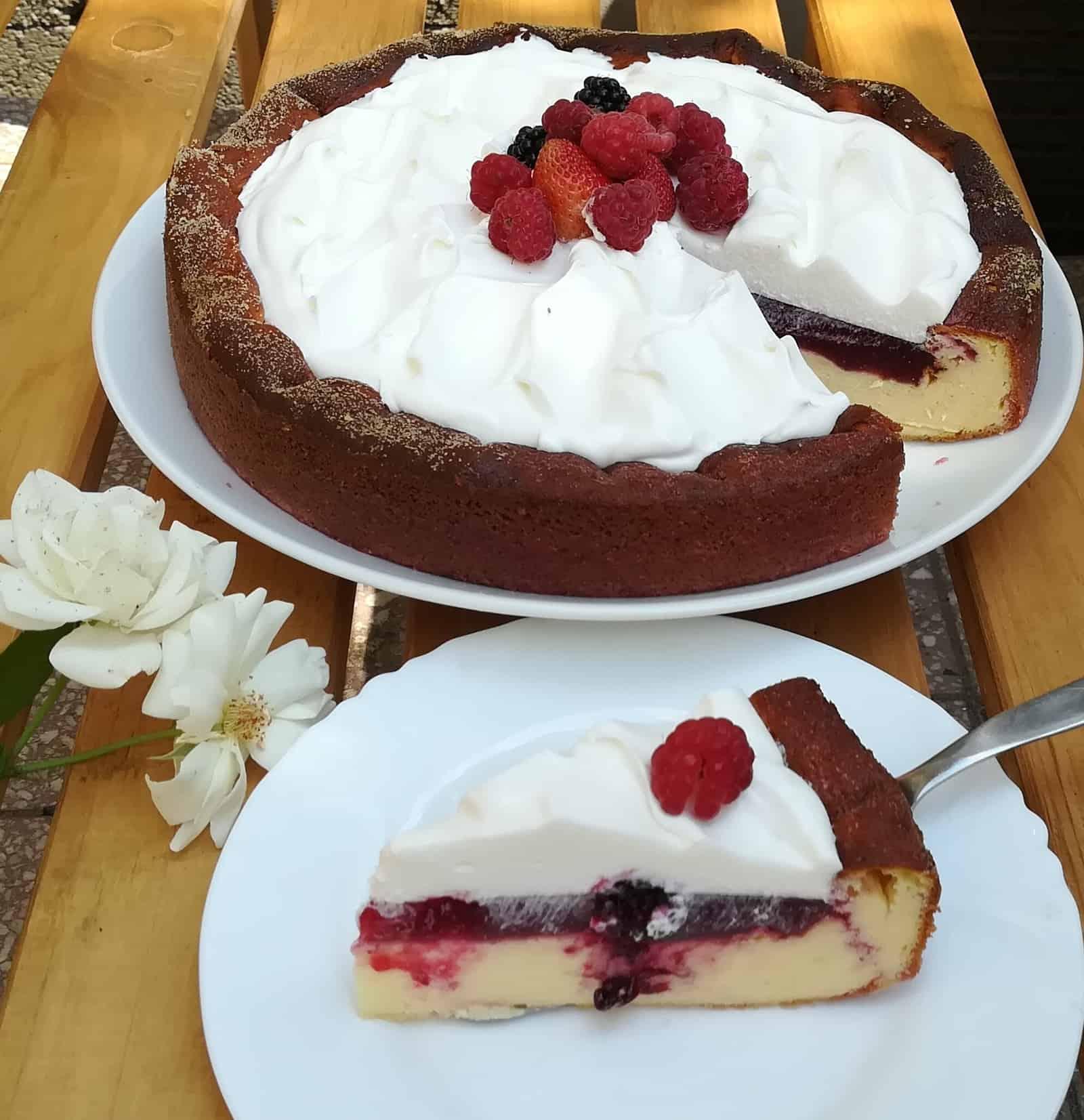 Tvarohový bezlepkový cheesecake s malinovou vrstvou a šlahačkou