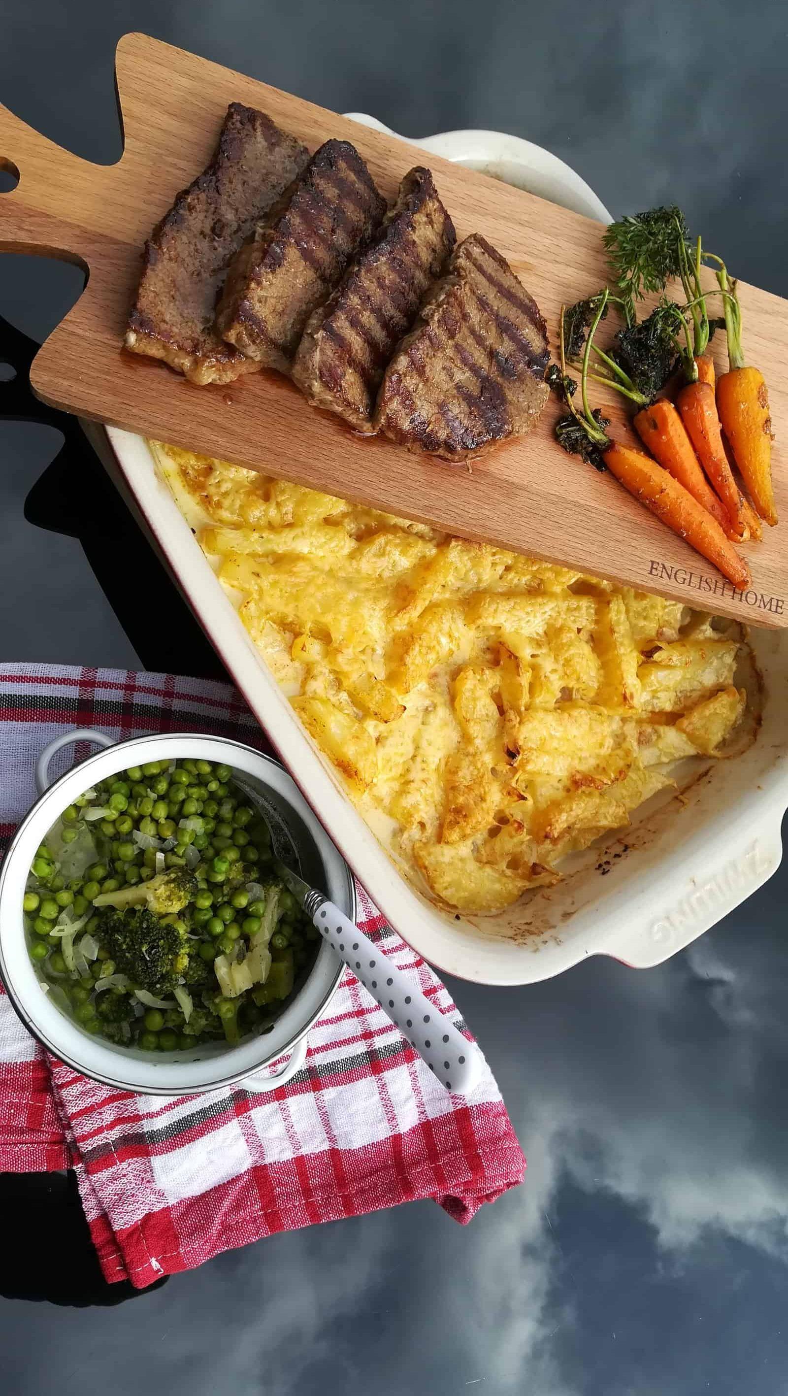 Marinovaný hovädzí steak s gartinovanými zemiakmi a glazúrovanou mrkvou