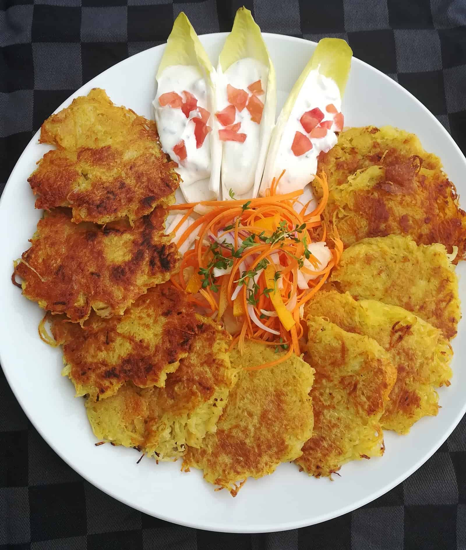 Dvojfarebné bezgluteínové zemiakové placky, k tomu chicoree plnené smotanou