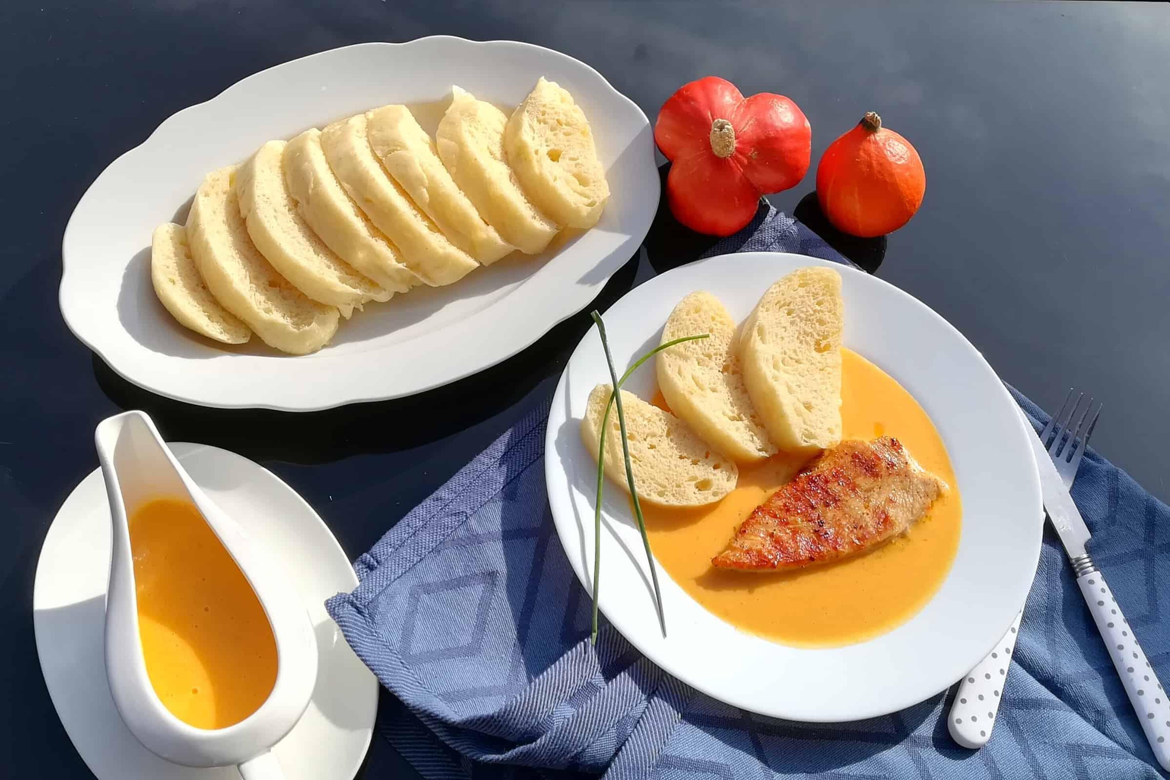 Tekvicová omáčka s grilovanými morčacími prsiami a domácou knedlou