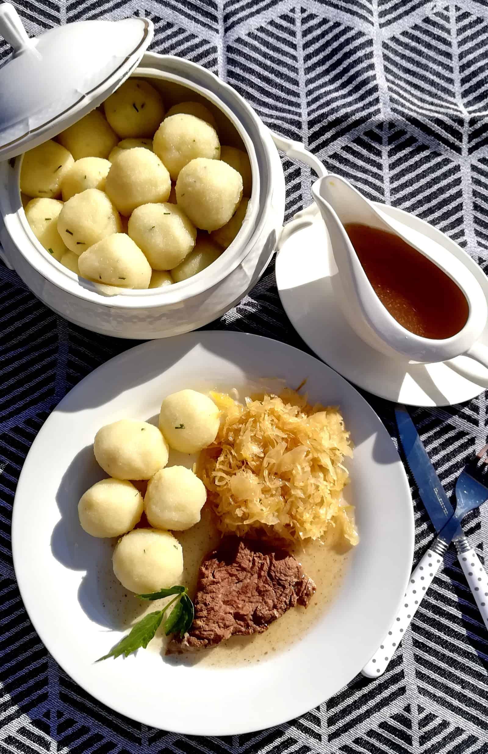 Dusené hovädzie mäso s kyslou kapustou, omáčkou z vývaru a zemiakovými knedlíkmi