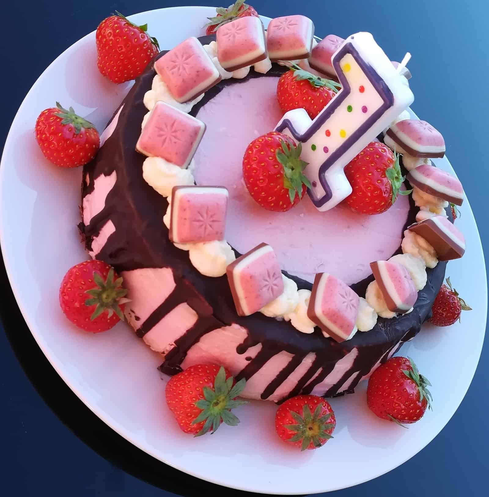 Trojposchodová malinová torta