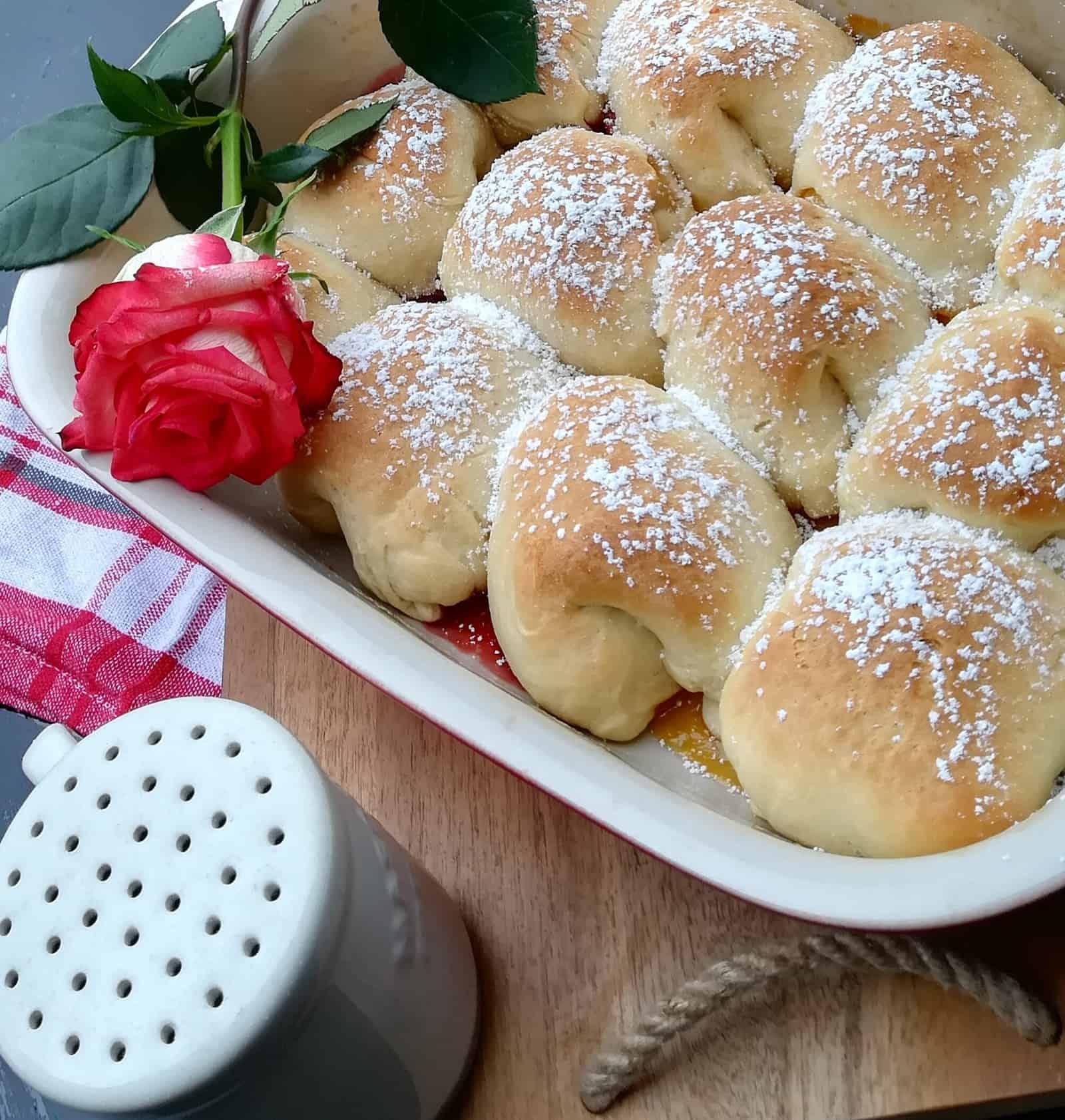 Pečené české buchty plnené marmeládou