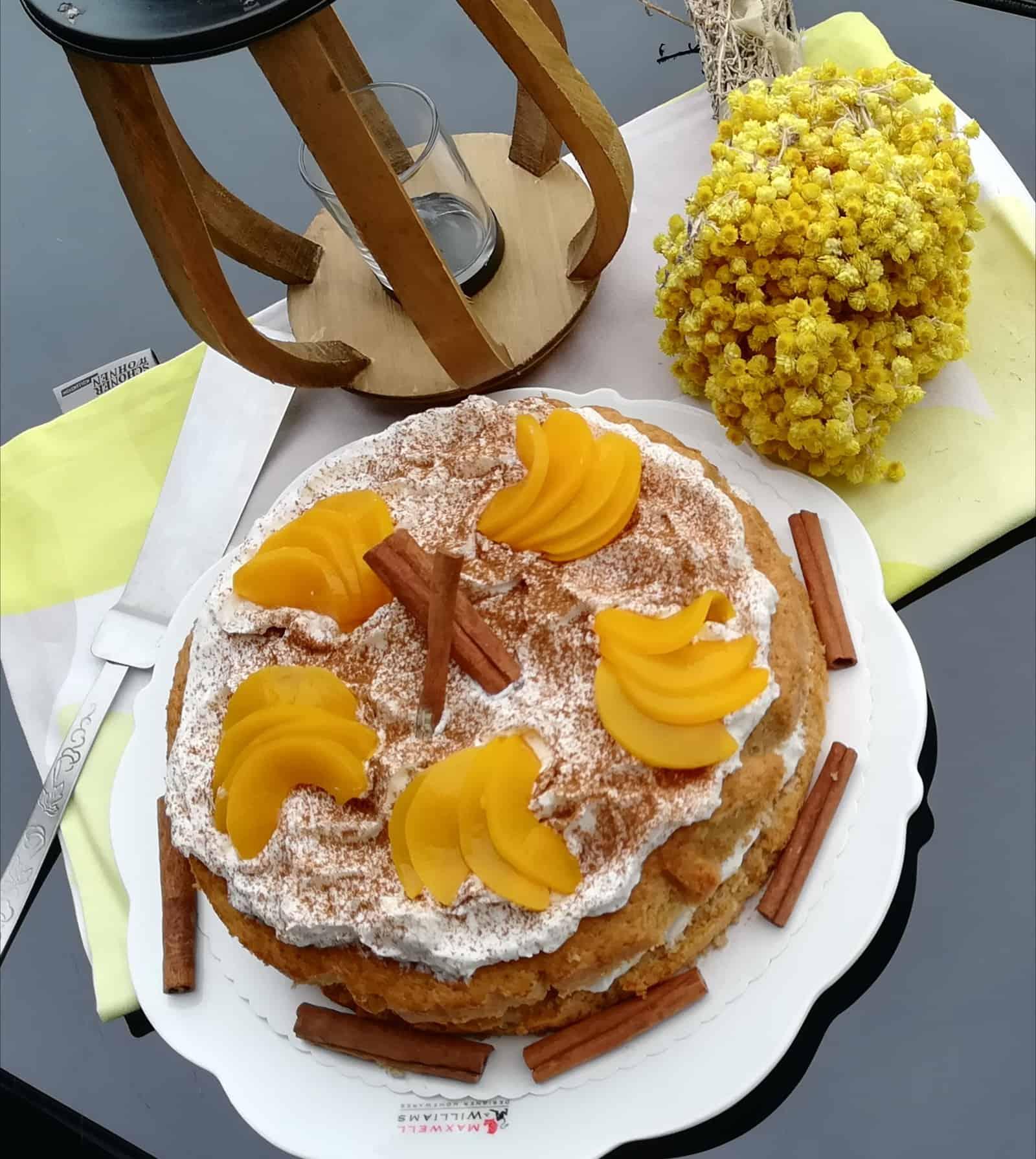 Škoricová torta s broskyňami