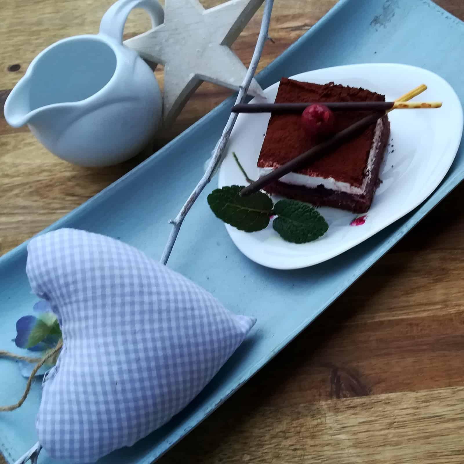 Kakaové rezy s višnami a šlahačkou