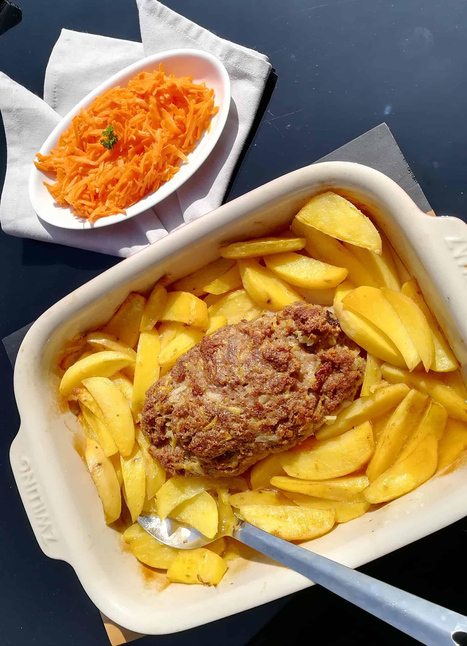 Hovädzia sekaná na zemiakoch a mrkvový šalát
