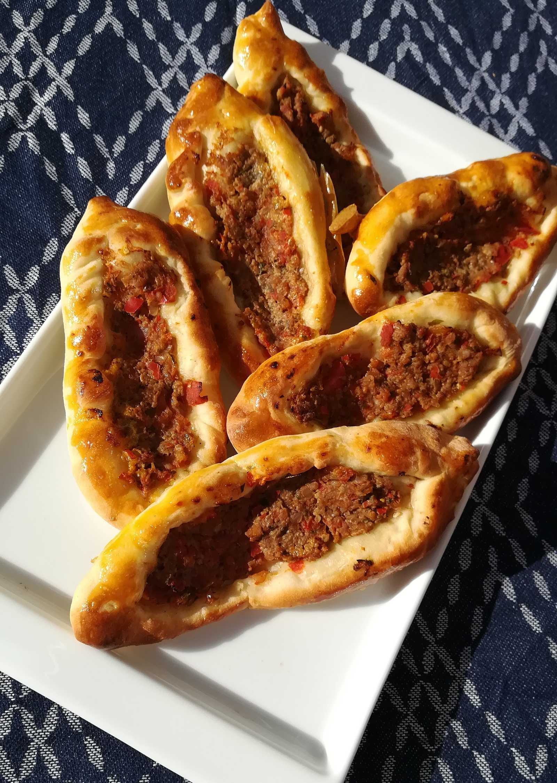 """Pizzové lodičky """"Pide"""" plnené mletým mäsom"""