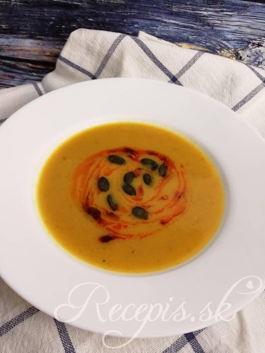 Jesenná tekvicová polievka s červenou šošovicou