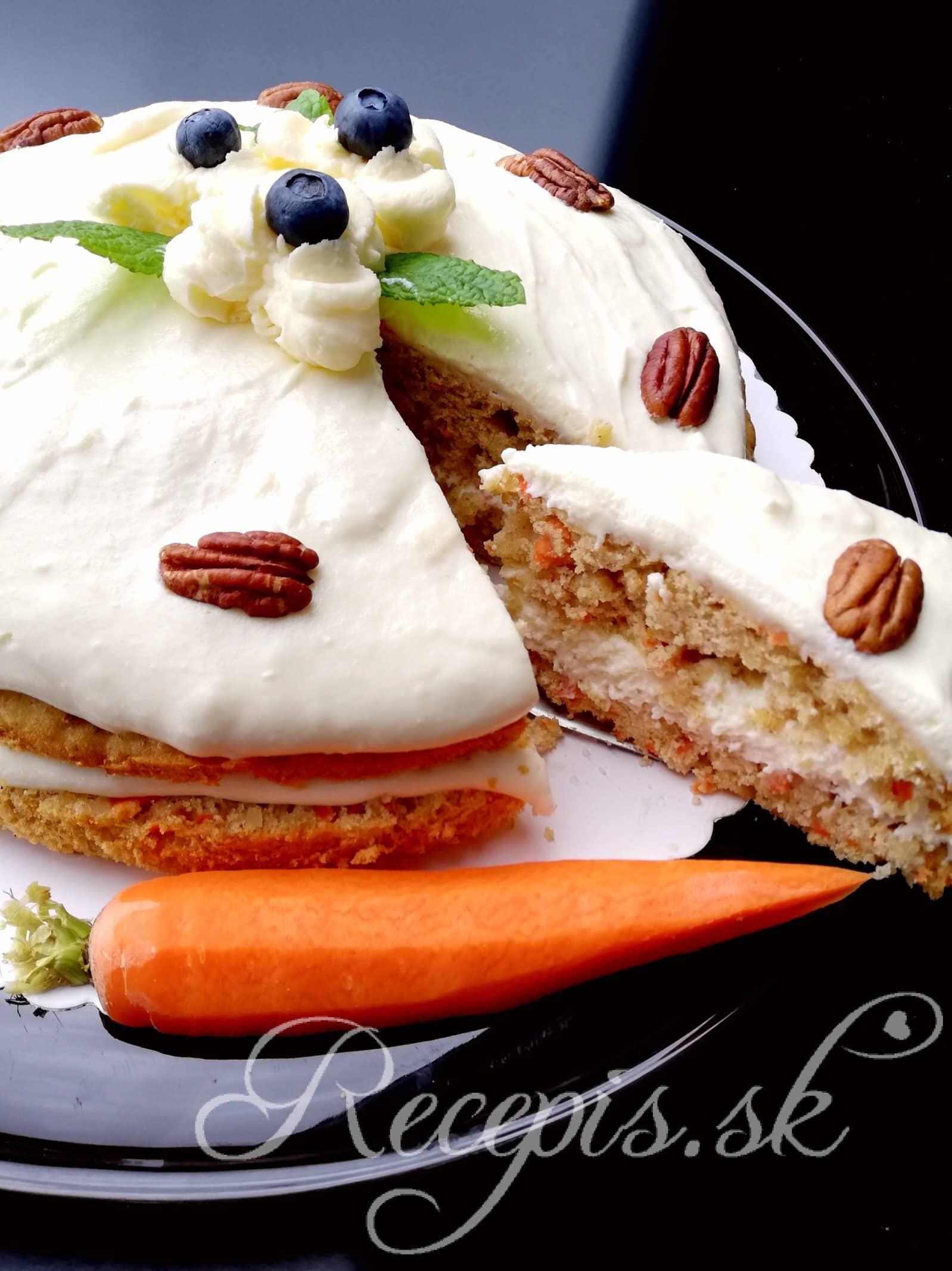 Mrkvový koláč s vlašskými orechami a plnkou z bielej čokolády