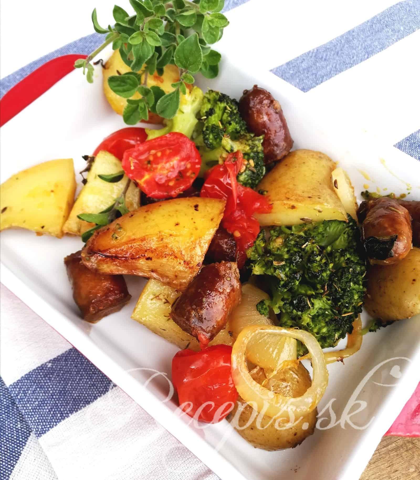 Večera z jedného plechu – pečené zemiaky s chorizo klobásou