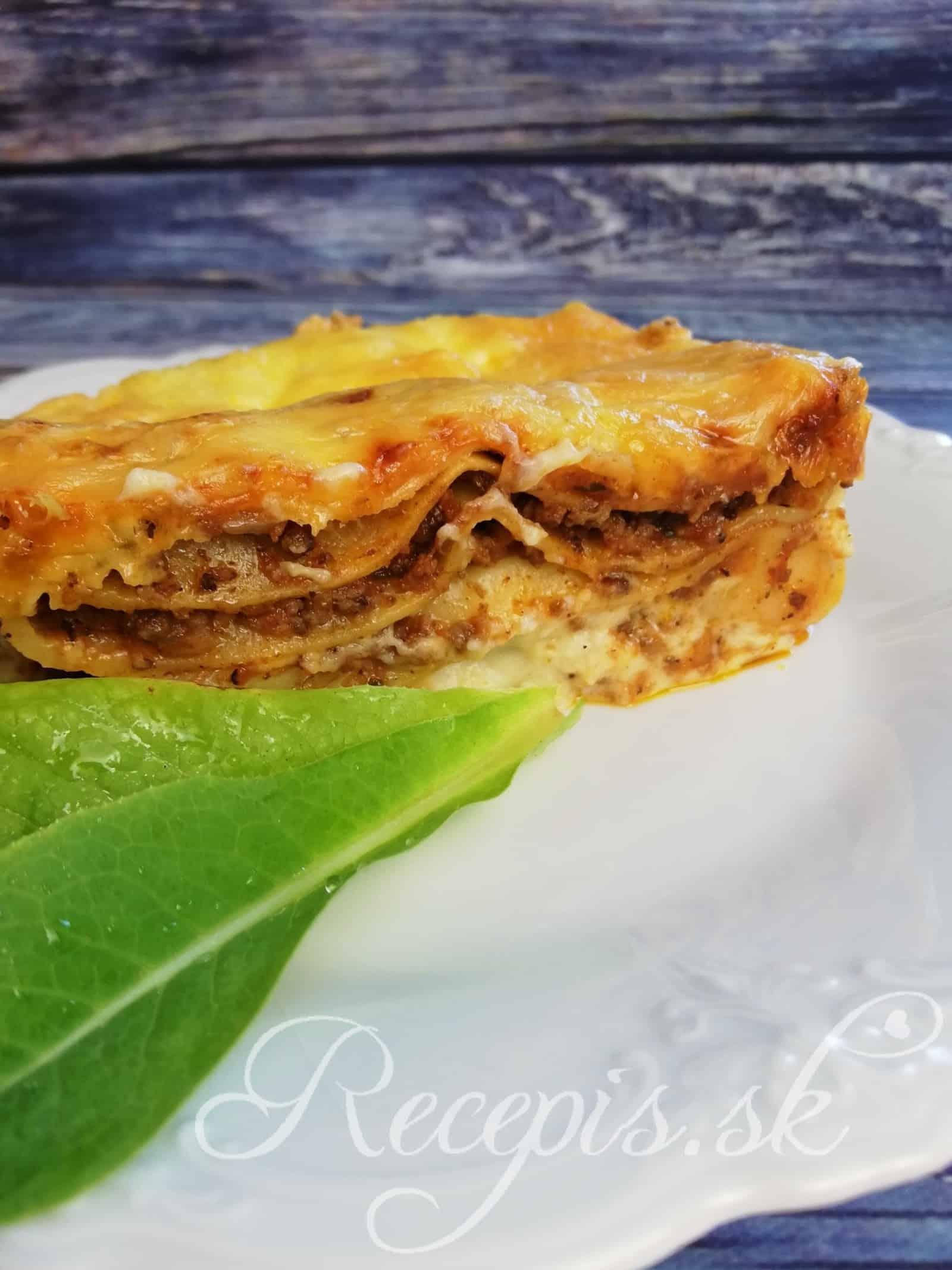 Jemné lasagne s hovädzím mletým mäsom a bešamelovou omáčkou