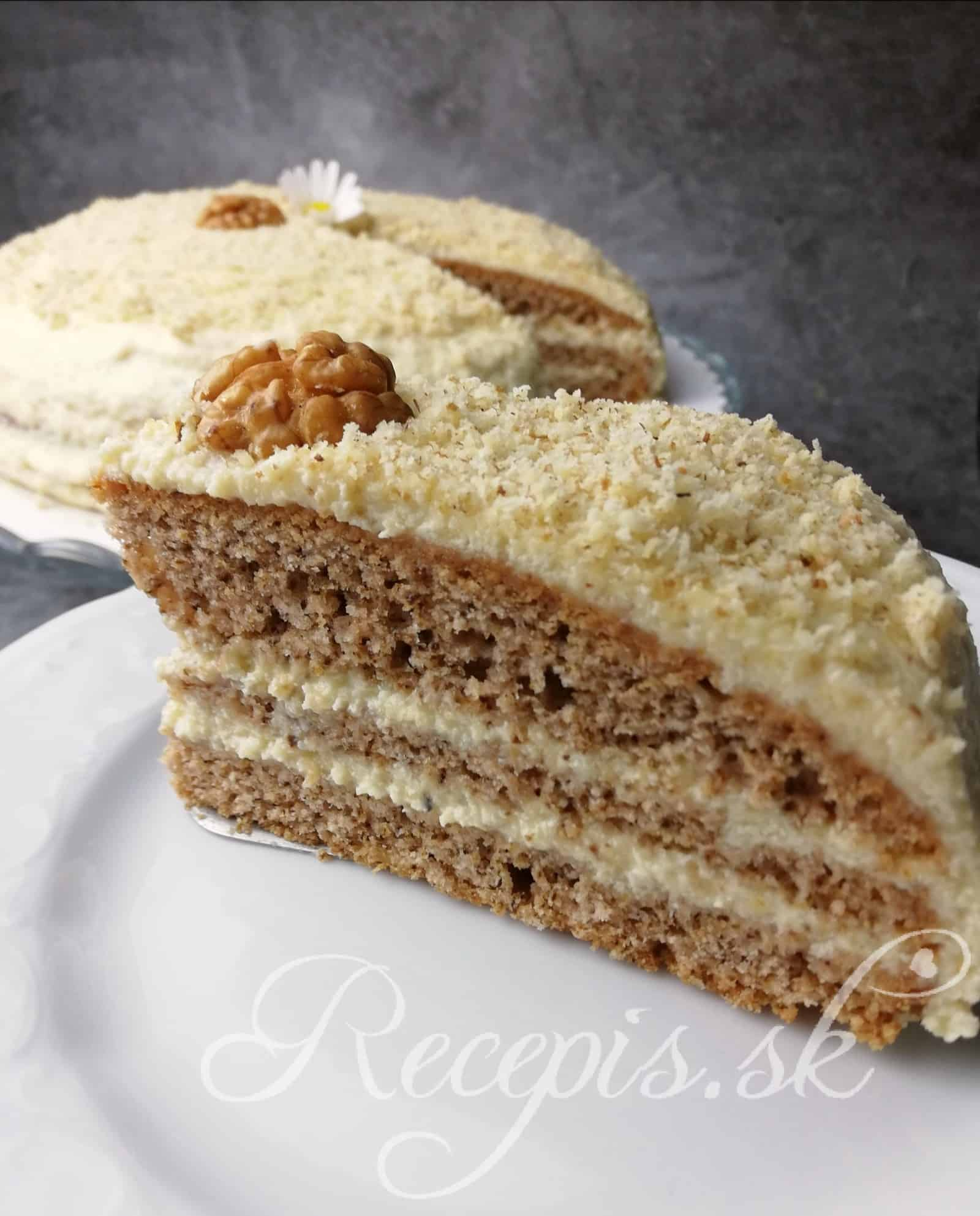 Orechová torta s plnkou z bielej čokolády