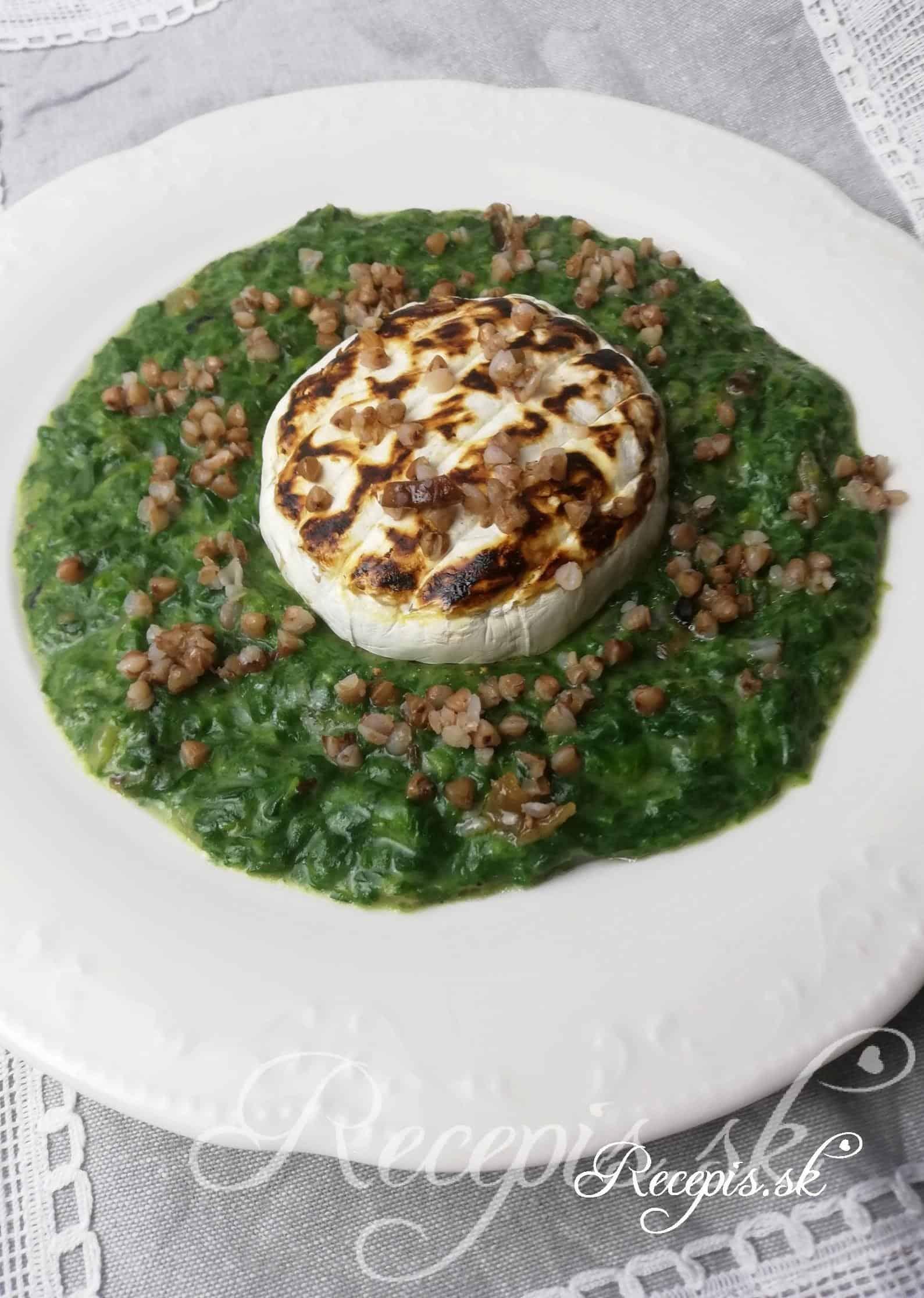 Grilovaný syr s pohánkou a špenátom