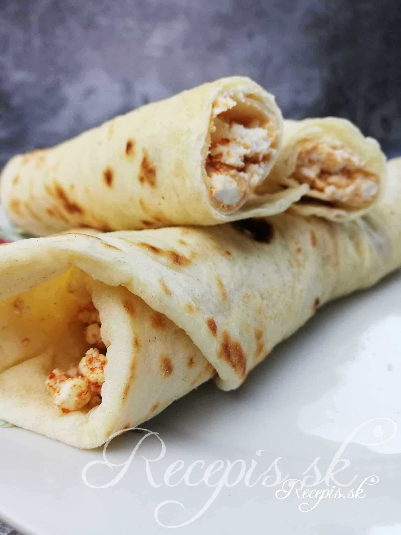 """Arabský chlieb plnený feta syrom """"Sıkma"""""""