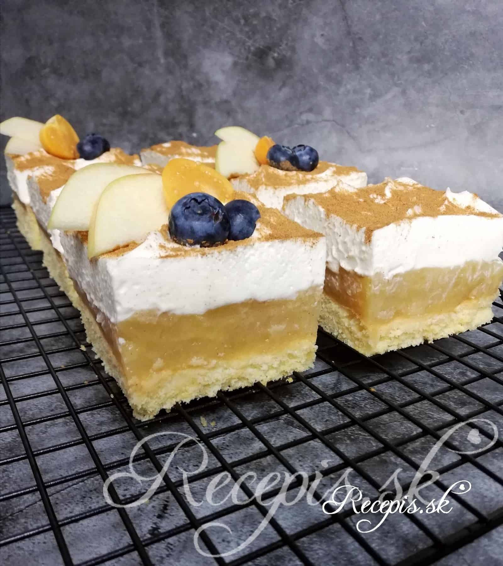 Jablkový koláč so smotanou