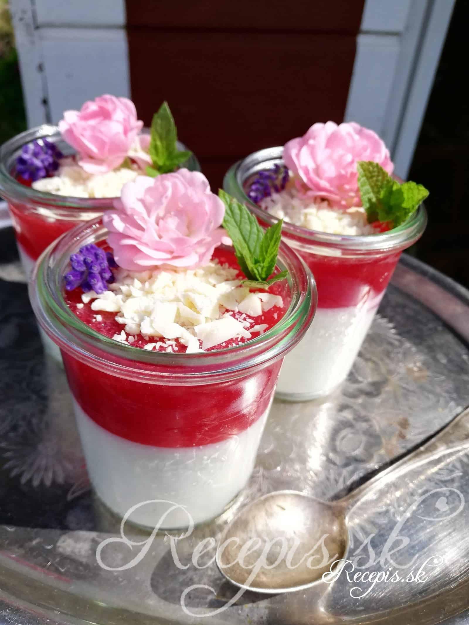 Tvarohové poháre s jahodami a bielou čokoládou